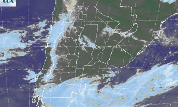 La imagen satelital evidencia la nubosidad asociada al sistema de baja presión que afecta el sur de la región pampeana y el norte de la Patagonia.