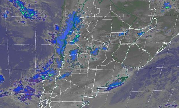 La imagen satelital deja ver la posición de las principales perturbaciones que transitan el extremo sur de Buenos Aires donde se reportan lloviznas en partidos costeros y del centro de la provincia.