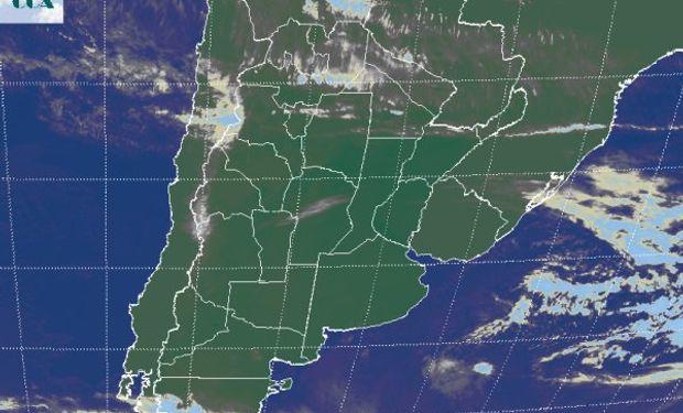 La foto satelital presenta un vasto despliegue de cielos mayormente despejados.