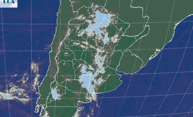 En la imagen satelital se aprecia el avance desde el oeste de una franja de nubosidad que se extiende desde el NOA hasta el sudoeste de BA.