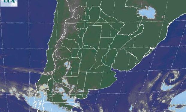 La imagen satelital evidencia el predominio de cielos con escasa nubosidad.