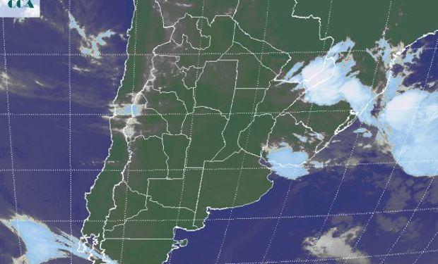 La foto satelital no muestra las nubes bajas que aún afectan el noreste de BA, sudeste de ER, zonas de CB y centro sur de SF.