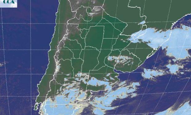 Las coberturas nubosas que muestra la imagen satelital, responden al tránsito de un sistema de baja presión por el norte de la Patagonia.