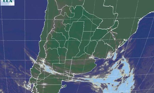 En la foto satelital, apenas se destacan las nubes bajas que transitan la provincia de BA y que se despliegan desde el sur de SL y toman también buena parte de LP.