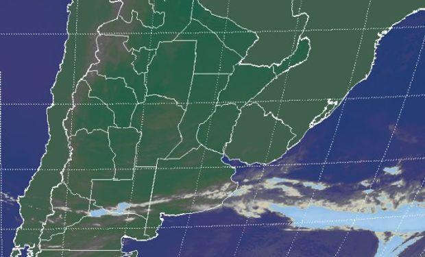 La imagen satelital presenta una franja de nubosidad escasamente desarrollada sobre el sur de la provincia de Buenos Aires.