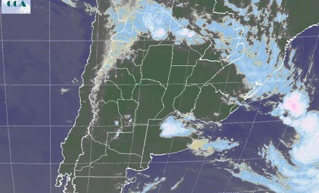 En la imagen satelital se observan algunas nubes sobre el centro de Buenos Aires, las cuales están dejando precipitaciones menores en la zona.