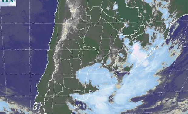 La imagen satelital muestra nubes bajas que se desorganizan del centro para el norte del país, van liberando las provincias del centro.