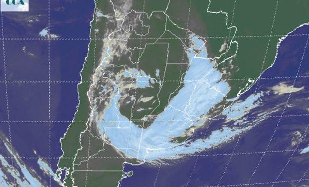 La imagen satelital presenta claramente la nubosidad que permite visualizar el sistema de baja presión que se va cerrando sobre su centro a la altura del sur de CB y noroeste de BA.