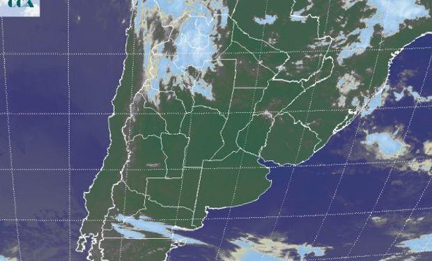 La foto satelital permite apreciar el predominio de cielos despejados sobre gran parte de la región pampeana.