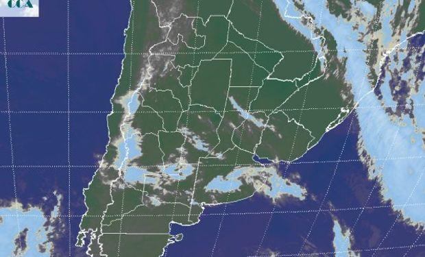 La foto satelital muestra el pasaje de nubosidad remanente del avance hacia el este de las coberturas que ayer se observaban desde Cuyo al norte de la Patagonia.