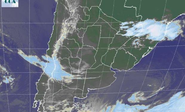 La foto satelital permite apreciar, ya bastante internado en el océano, al sistema de baja presión que provoca los vientos del sur.