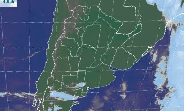 La foto satelital muestra el corrimiento del sistema frontal hacia el este, dejando a su paso una masa de aire frío y una estructura atmosférica muy estable.