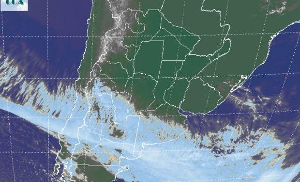 La foto satelital, muestra el despliegue de una vasta banda nubosa que desde el sur de SJ, toma el norte de la Patagonia y se extiende hacia el sudeste de BA.