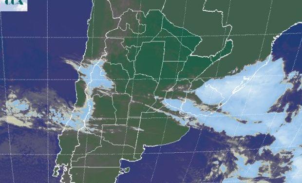La foto satelital muestra nubes que se deshilachan sobre la cordillera central por la intensidad de los fuertes vientos del oeste, los mismos que generan el efecto zonda cuando descienden sobre el lado argentino.