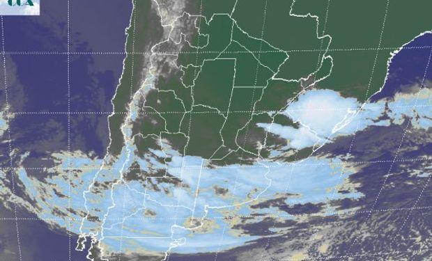 La foto satelital, permite observar vastas coberturas nubosas sobre las provincias del sur de la región pampeana y sobre el norte de la Patagonia.
