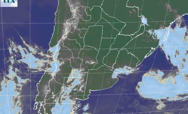 La foto satelital no permite apreciar en toda su extensión las vastas coberturas de nubes bajas.