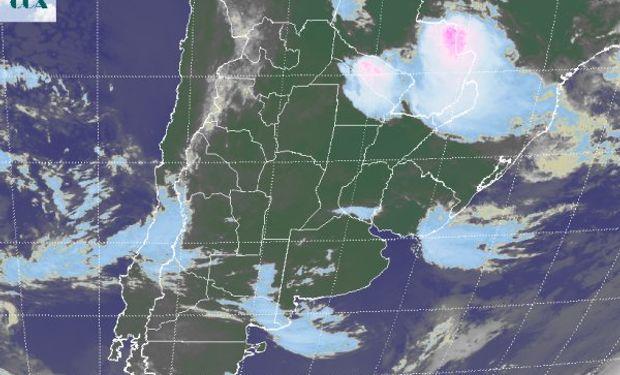 La foto satelital permite apreciar como la intensa actividad se mantiene en la provincia de Formosa y el este de Paraguay.