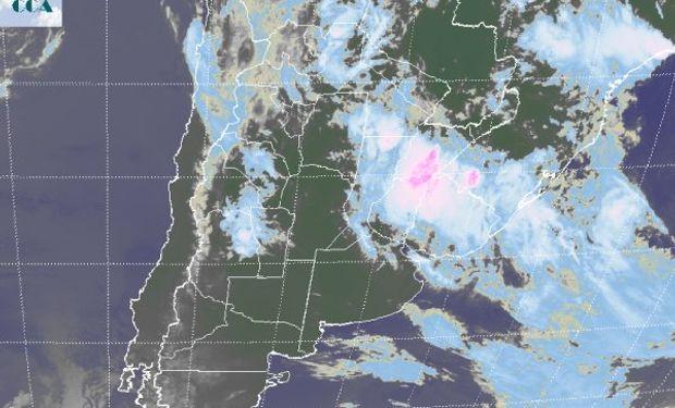 La foto satelital muestra el desplazamiento del principal sistema de mal tiempo hacia el este, aunque la inestabilidad se sostiene en gran parte del NOA y también afecta la región cuyana.
