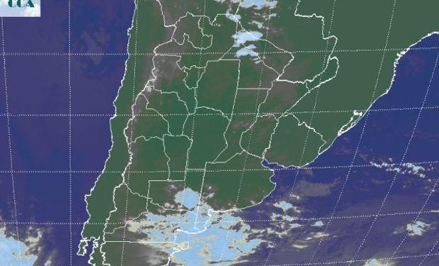 La foto satelital muestra el avance desde el norte de la Patagonia de una perturbación que tenderá a quedarse estacionaria en el sector.