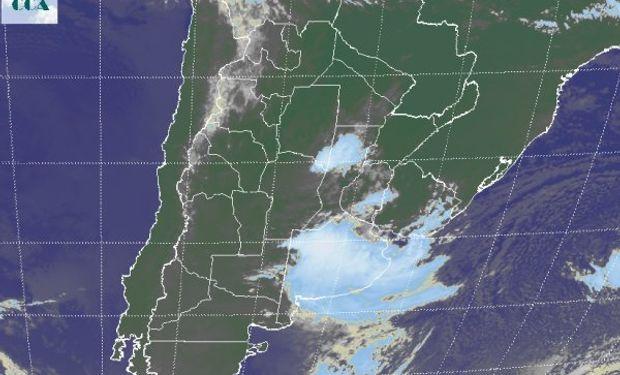 La foto satelital es bastante elocuente al mostrar la extendida cobertura nubosa que cubre la provincia de BA.