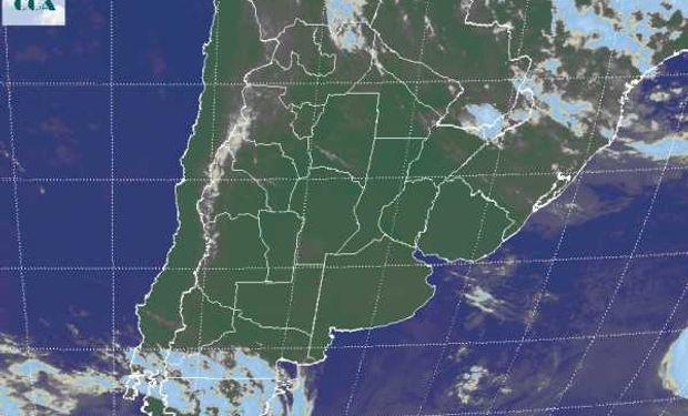 La foto satelital presenta cielos despejados que avanzan sobre el norte del país.