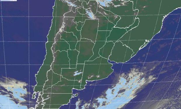En la foto satelital se aprecia un manto de nubes bajas que desde el centro de CB, se despliega hacia el norte, tomando Santiago del Estero, el oeste del NEA y gran parte del NOA.