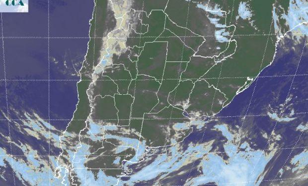 La foto satelital muestra como las principales coberturas nubosas transitan por la Patagonia.