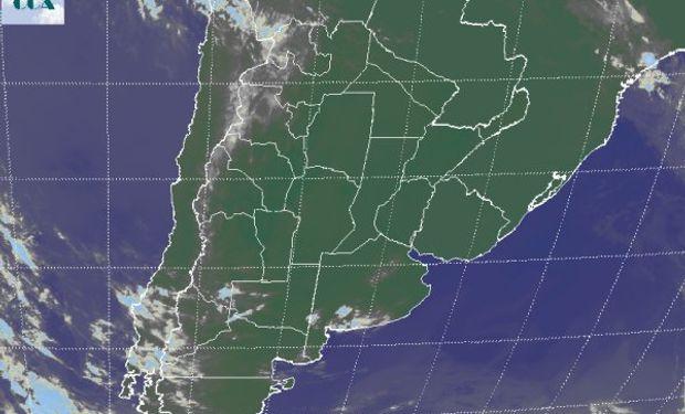 La foto satelital muestra el vasto dominio de la zona de alta presión pisando gran parte del área agrícola del sudeste de Sudamérica.