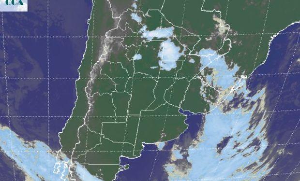 La foto satelital presenta el desplazamiento de la nubosidad asociada al frente hacia el este, con el brazo activo aun afectando la provincia de Chaco y áreas del sur de Salta, donde actualmente se presentan algunas tormentas.