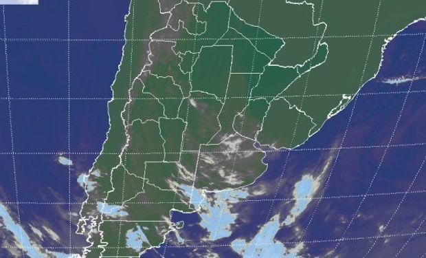 La foto satelital muestra el despliegue de nubes bajas en el gran parte de la región pampeana.