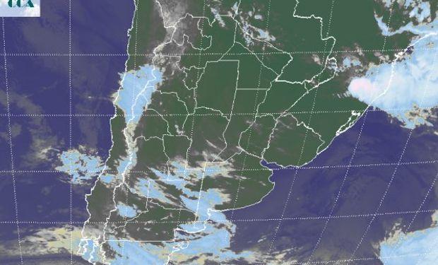 La foto satelital presenta el predominio de cielos despejados en gran parte del norte y el este del país.