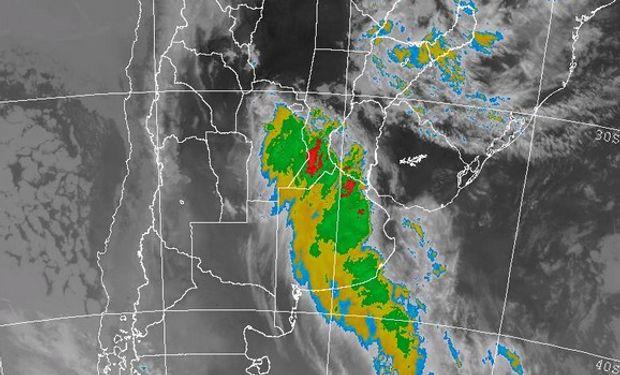La foto satelital muestra el lento avance de la zona frontal en una extensa franja que une el norte de CB con el sudeste de SF.