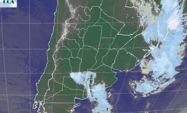 La foto satelital comienza a mostrar nubosidad que se organiza en línea definiendo una zona frontal.