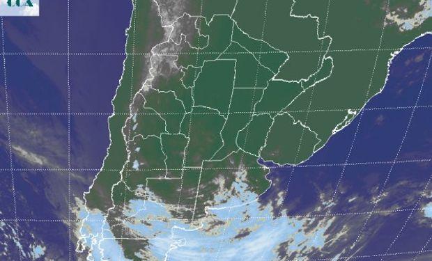 La foto satelital muestra un mayor grado de cobertura nubosa en el sur de BA, mientras que las nubes bajas se despliegan en gran parte de CB, LP y noroeste de BA.