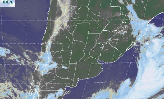 La foto satelital no evidencia ninguna nubosidad con desarrollo de importancia, esto justifica que el pronóstico no prevea lluvias para el día de hoy.