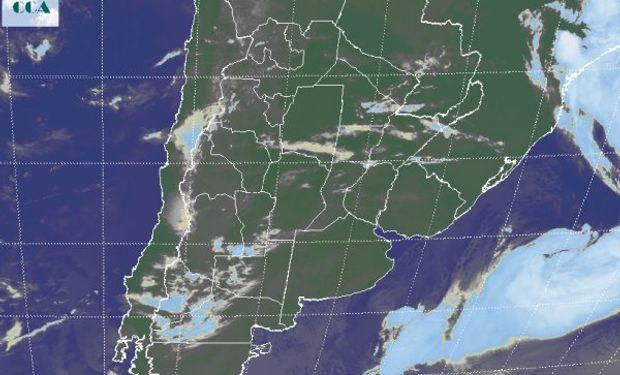 La imagen satelital presenta tránsito de nubes bajas que avanzan desde el oeste desde la región Cuyana y el noroeste de la Patagonia.