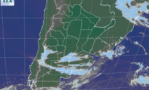 La foto satelital presenta cielos despejados como principal característica dominante en el centro norte del país.