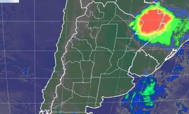 En el recorte de imagen satelital, se destaca el vasto sector sobre la zona oriental de Paraguay, donde se encadenan las celdas de tormenta.