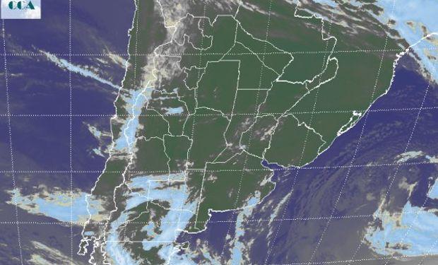 Se aprecia el tránsito de alguna nubosidad menor en la región pampeana, pero a gran escala se observa el predominio de condiciones de tiempo estable.