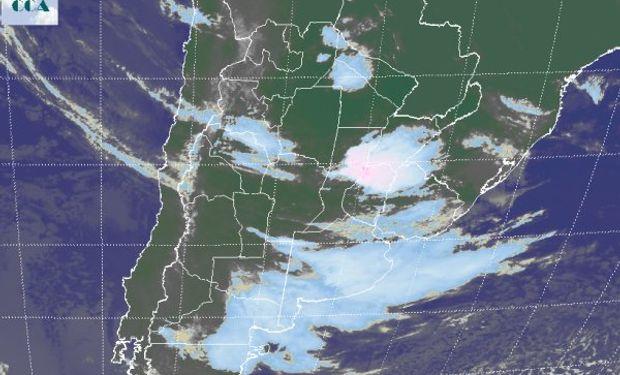 La foto satelital evidencia la extendida nubosidad que afecta el sur de BA y LP, con tendencia a generalizarse hacia la franja central, donde ya se observan nubes bajas.