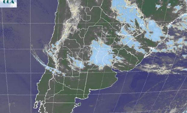 La imagen satelital permite identificar una vasta zona con densas coberturas nubosas con epicentro en la provincia de SF y con influencia en gran parte de la franja central.