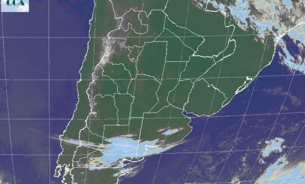 En la foto satelital se observa el avance de una perturbación menor desde el sudoeste.