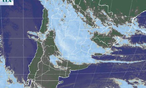 La foto satelital presenta la vasta cobertura nubosa que cubre todo el centro norte del país.