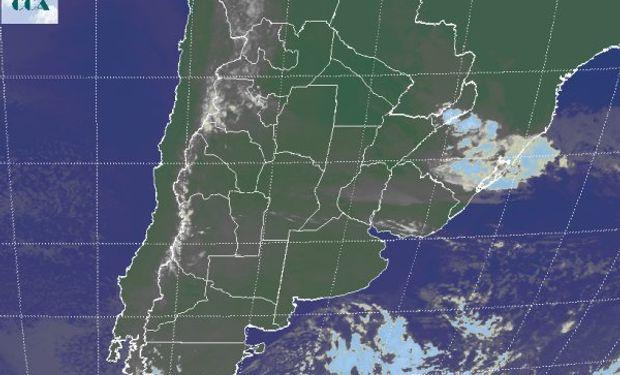 La foto satelital presenta cielos que se van despejando en el centro sur de la región pampeana.