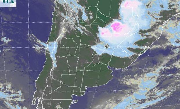 En la foto satelital, resaltan los importantes desarrollos de nubosidad con epicentro en el este de Formosa y el sur de Paraguay.