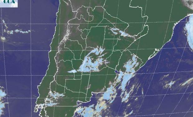 La foto satelital muestra el tránsito de algunas nubes sobre el la provincia de CB, donde algunas localidades del centro están reportando lloviznas dispersas.