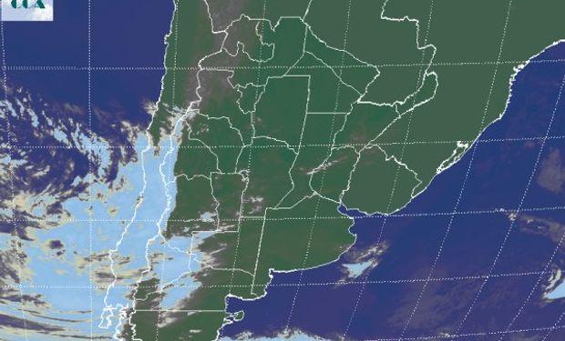 La foto satelital presenta coberturas que acompañan una perturbación que ingresa desde el oeste sobre el centro del país.