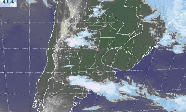 La foto satelital presenta una franja nubosa bien definida en el sur de la región pampeana.