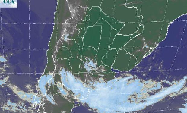 La imagen satelital, presenta una extendida cobertura nubosa sobre el sur de la región pampeana, que se curva sobre el centro de baja presión que domina la zona.