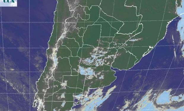 La foto satelital muestra el tránsito de nubes bajas.